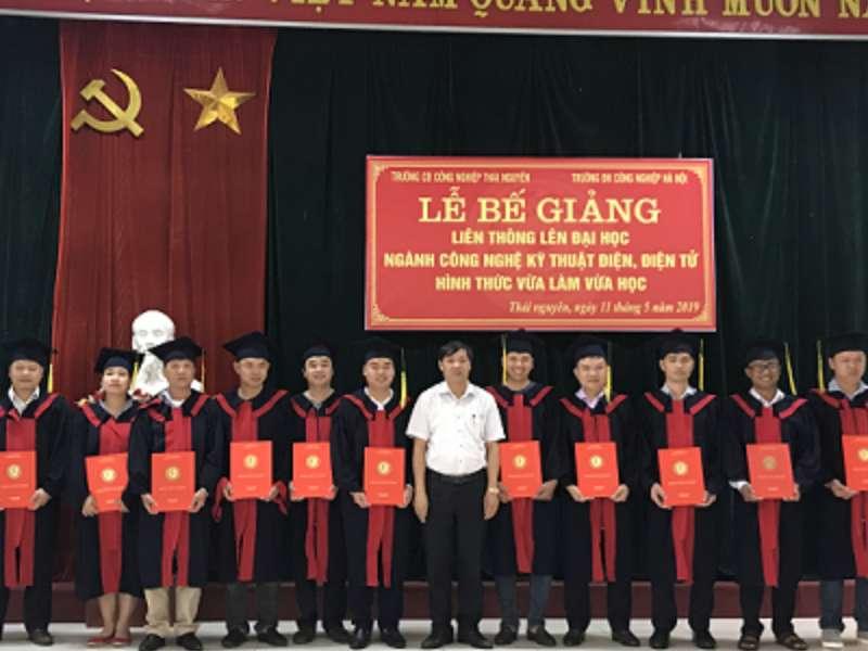 Bế giảng khóa học đào tạo đại học hình thức vừa làm vừa học và trao bằng tốt nghiệp tại Thái Nguyên